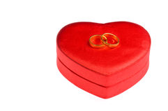 Trouwringen en de doos van de hartvorm royalty-vrije stock afbeelding
