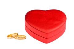Trouwringen en de doos van de hartvorm stock fotografie