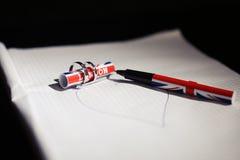 Trouwringen en een pen van Londen Stock Fotografie