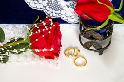 Trouwringen en roos-2 stock afbeelding