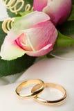Trouwringen en roze rozen Royalty-vrije Stock Foto