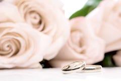 Trouwringen en rozen Stock Foto