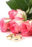Trouwringen en rozen stock foto's