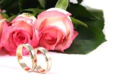 Trouwringen en rozen royalty-vrije stock afbeeldingen