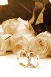 Trouwringen en rozen royalty-vrije stock foto's