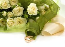 Trouwringen en rozen Royalty-vrije Stock Afbeelding