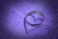Trouwringen en schaduwen in de vorm van hart Royalty-vrije Stock Fotografie