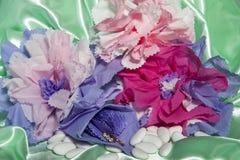 Trouwringen en toebehoren op papier Royalty-vrije Stock Foto