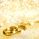 Trouwringen in goud Stock Foto's