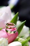 Trouwringen met bloemen stock afbeelding