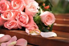 Trouwringen met bloemen Stock Afbeeldingen
