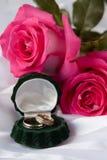 Trouwringen met rozenboeket Stock Afbeeldingen