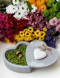 Trouwringen in mos, in de grijze doos in de vorm van een hart Royalty-vrije Stock Foto