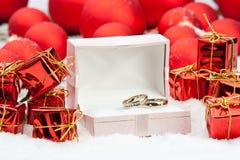 Trouwringen onder de decoratie van Kerstmis Stock Foto's