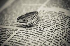 Trouwringen op Bijbel Stock Foto's