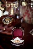 Trouwringen op de telefoon Royalty-vrije Stock Foto's