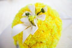 Trouwringen op een boeket van bloemen royalty-vrije stock foto
