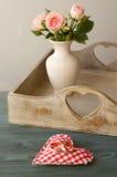 Trouwringen op een hoofdkussen in de vorm van hart Stock Afbeelding