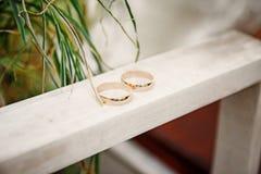 Trouwringen op een houten raad Royalty-vrije Stock Foto