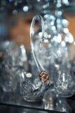 Trouwringen op een kristalzwaan royalty-vrije stock fotografie