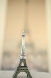 Trouwringen op een standbeeld van de Toren van Eiffel royalty-vrije stock afbeelding
