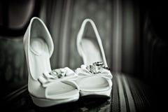 Trouwringen op een witte schoen Stock Foto