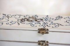 Trouwringen op een witte uitstekende doos Royalty-vrije Stock Foto's