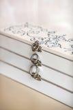 Trouwringen op een witte uitstekende doos Royalty-vrije Stock Fotografie
