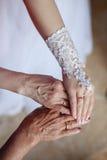 Trouwringen op handen van bruid, moeder en grootmoeder Stock Foto