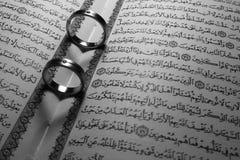 Trouwringen op heilige quran als achtergrond Royalty-vrije Stock Fotografie