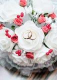 Trouwringen op het bruids boeket Stock Foto