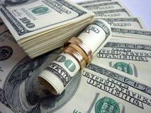 Trouwringen op het geld Royalty-vrije Stock Foto