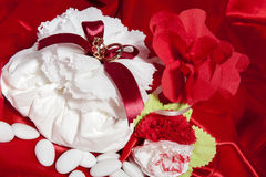 Trouwringen op kleurrijke stof Royalty-vrije Stock Afbeelding