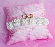 Trouwringen op roze kussen Royalty-vrije Stock Afbeelding