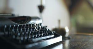 Trouwringen op Schrijfmachine, Romaanse Liefde, Samenhorigheid stock video
