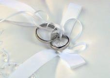 Trouwringen op wit kantstootkussen Royalty-vrije Stock Fotografie