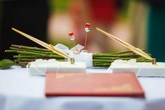 Trouwringen op witte doek in Rose Bunch Sticks Royalty-vrije Stock Afbeelding