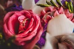 Trouwringen in roze kleuren royalty-vrije stock fotografie