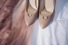 Trouwringen, schoenen en kleding, Stock Afbeeldingen