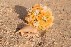 Trouwringen in shell op het strand Stock Fotografie