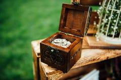 Trouwringen in uitstekende houten ringsdoos Royalty-vrije Stock Fotografie