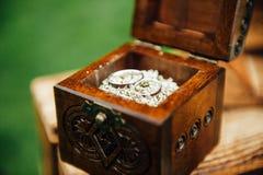 Trouwringen in uitstekende houten ringsdoos Royalty-vrije Stock Foto's