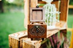 Trouwringen in uitstekende houten ringsdoos Stock Afbeelding