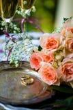 Trouwringen vóór de ceremonie, met verfraaide Champagne-glazen en rozen Royalty-vrije Stock Foto