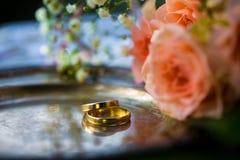 Trouwringen vóór de ceremonie, met verfraaide Champagne-glazen en rozen Royalty-vrije Stock Fotografie