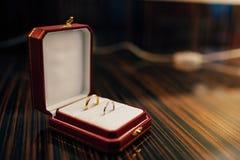 Trouwringen van de jonggehuwden in een doos Overeenkomsten gouden ringen Stock Foto