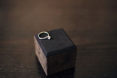 Trouwringen van de jonggehuwden in een doos Overeenkomsten gouden ringen Royalty-vrije Stock Foto's