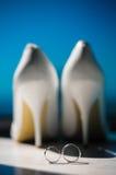 Trouwringenachtergrond, huwelijksschoenen Stock Foto's