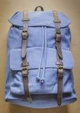 Trouxa azul com elementos de couro na placa de madeira Imagem de Stock Royalty Free