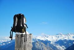 Trouxa na paisagem da montanha Fotos de Stock Royalty Free